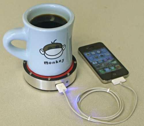 ngecharge hp dengan segelas kopi hangat