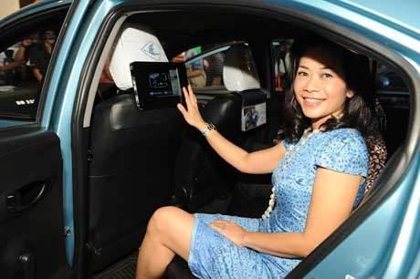 Ilustrasi Taksi Blue Bird Yang Dipasangi ITE