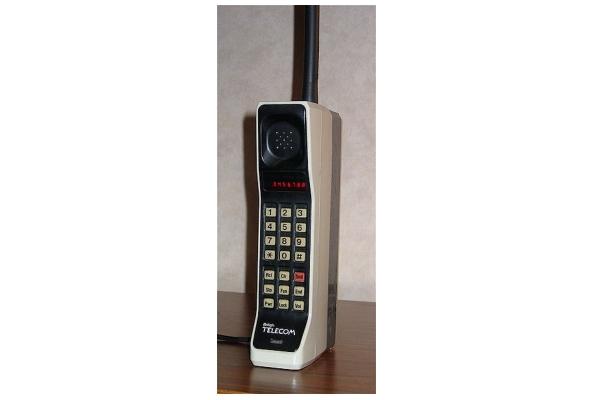 Motorola DynaTAC 8000X - Ponsel Komersil Pertama Di Dunia