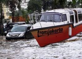 Bus Trans Jakarta Jadi Kapal Di Saat Banjir