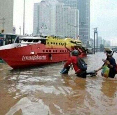Bus Trans Jakarta Tetap Beroperasi Di Tengah-tengah Banjir