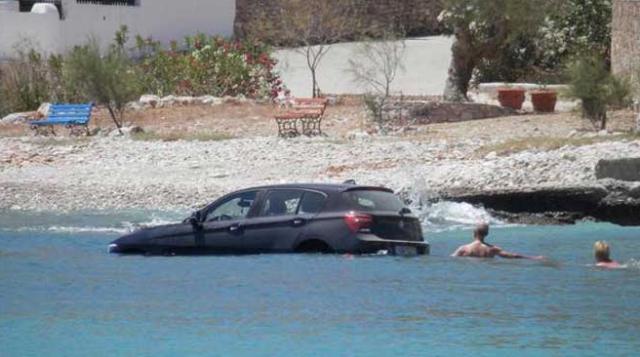 Mobil BMW Seri 1 Tercebur Ke Laut