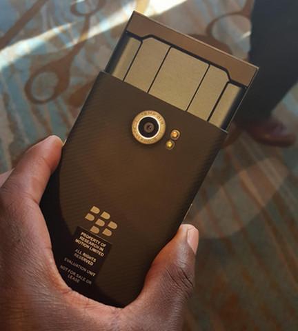 Gambar BlackBerry Priv Tampak Belakang