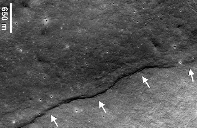 Gambar Retakan di Bulan Menyisakan Misteri Apakah Benar Bulan Pernah Terbelah Menjadi Dua