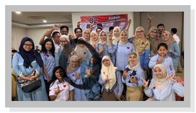 Gambar Ketua Panwaslu Kuala Lumpur Pose Dua Jari HOAKS